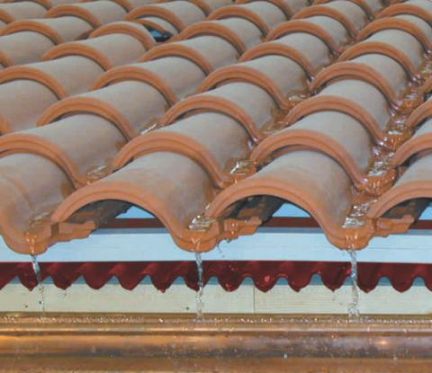 Bajo teja aislamientos javier for Imagenes de tejados de madera
